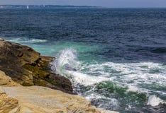 Fryzować fala uderza ocean skały fotografia royalty free