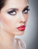 Fryzura i Uzupełniał - pięknego żeńskiego sztuka portret z pięknymi oczami. Elegancja. Prawdziwa Naturalna brunetka w studiu fotografia royalty free