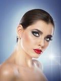 Fryzura i uzupełniał - pięknego żeńskiego sztuka portret z pięknymi oczami. Elegancja. Prawdziwa naturalna brunetka w studiu zdjęcie royalty free