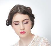 Fryzura i uzupełniał - pięknego młodej dziewczyny sztuki portret z zamkniętymi oczami Prawdziwa naturalna brunetka, studio strzał Zdjęcia Stock