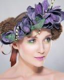Fryzura - w koronie piękna młoda kobieta Fotografia Stock