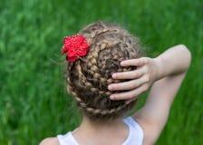 Fryzura z warkoczami na młodej dziewczynie Zdjęcie Royalty Free