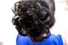 Fryzury babeczka na brunetce dalej zdjęcia stock