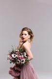 fryzury Dziewczyna pozuje w menchii suknia folującej długości studio obraz royalty free