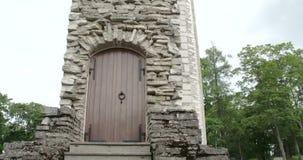 从的一个门一座老城堡的遗骸在有偿的爱沙尼亚FS700 4K未加工的冒险旅行7Q的 股票视频