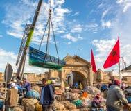 Fshermen ein Boatyard in Essaouira mit Marokko-Flagge I Lizenzfreie Stockbilder