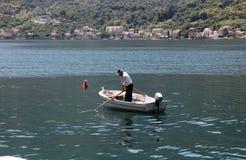 Fshermen w łódkowatym dopatrywaniu ich sieci Obrazy Stock