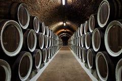 Fässer im Weinkeller Stockfotografie