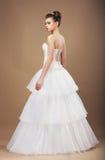 Fästmö i lång klassisk brud- klänning Arkivbild