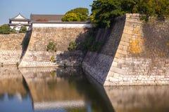 Fästningväggar på Osaka Castle, Japan Arkivfoto