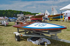 1949 12ft尼尔小船&马达-水上飞机 免版税库存图片