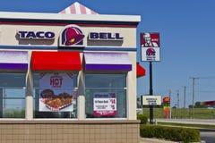 Ft Уэйн, ВНУТРИ - около июль 2016: Комбинация Taco Bell и положение i жареной курицы Кентукки Стоковая Фотография RF
