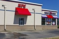 Ft Уэйн, ВНУТРИ - около июль 2016: Комбинация Taco Bell и положение III жареной курицы Кентукки Стоковое Фото