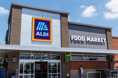 Ft 韦恩-大约2018年6月:阿尔迪折扣超级市场 阿尔迪卖杂货项目的范围,包括产物、肉&牛奶店v 库存图片
