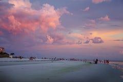 在海滩的华美的桃红色天空在Ft 梅尔思海滩,佛罗里达 免版税库存照片