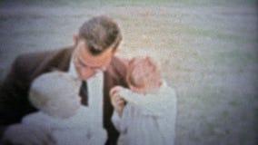 FT LAUDERDALE, ΗΠΑ - 1957: Η κλασική δεκαετία του '50 που φαίνεται επιτυχείς mom και μπαμπάς αναλαμβάνει εκ περιτροπής με τη κάμε φιλμ μικρού μήκους