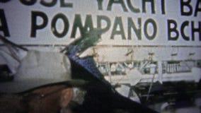 FT LAUDERDALE, ΗΠΑ - 1957: Παραγωγικοί λόγοι αλιείας που επιδεικνύουν sailfish στη λιμενική αποβάθρα απόθεμα βίντεο