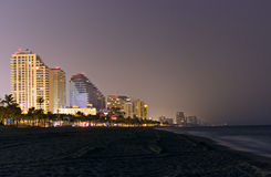 Ft Praia de Lauderdale - skyline na noite imagens de stock royalty free
