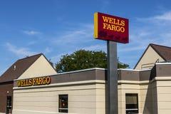 Ft Wayne - Circa Augusti 2017: Brunnar Fargo Retail Bank Branch Wells Fargo är en familjeförsörjare av finansiell rådgivning XII Arkivfoton