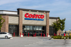 Ft Wayne - Około Sierpień 2017: Costco Hurtowa lokacja Costco Hurtowy jest wielo- Dolarowym Globalnym detalistą IX Obraz Stock