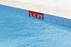 3,5 ft-Zeichen an einem Swimmingpool Stockfotos
