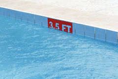 3,5 ft znak przy pływackim basenem Zdjęcia Stock