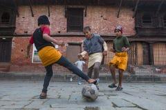 Fútbol del juego de niños después de la lección en la escuela de Jagadguru Imágenes de archivo libres de regalías