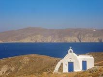 Ftelia-Strand unter dem blauen Himmel in Mykonos, Griechenland Lizenzfreie Stockfotos