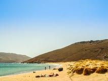Ftelia-Strand unter dem blauen Himmel in Mykonos, Griechenland Stockfotografie