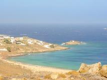 Ftelia-Strand unter dem blauen Himmel in Mykonos, Griechenland Stockbild