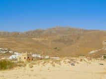 Ftelia-Strand unter dem blauen Himmel in Mykonos, Griechenland Stockfoto