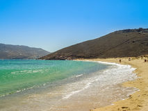 Ftelia-Strand unter dem blauen Himmel in Mykonos, Griechenland Lizenzfreie Stockfotografie