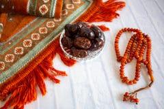 Fthar Karmowa kolacja dla Ramadan kareem, pojęcie: Data Islamski zamocowanie, owoc data umieszczająca na białym tło różanu obrazy royalty free