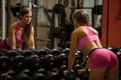 Ftiness woekout -在fitne的普遍的美好的aoung妇女锻炼 免版税库存照片