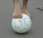 Fuß über der Fußballkugel Lizenzfreie Stockfotos