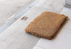 Fuß-Abwischen gemacht von der Coir, mit Kopie Raum für die Mitteilung Stockfotografie
