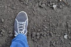 Fuß auf Bodenhintergrund Stockbild