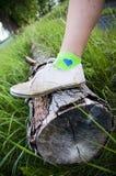 Fuß auf dem Holz Stockbild