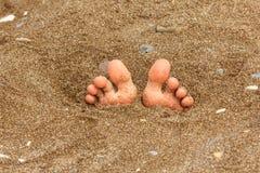 Fuß auf dem Sand, Sommerthema Lizenzfreie Stockfotos