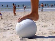 Fuß auf dem Volleyball stockbilder