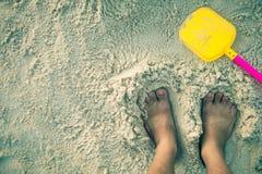 Fuß auf dem weißen Sand Stockfotos