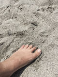 Fuß auf einem sandigen Strand im Sommer Lizenzfreies Stockbild