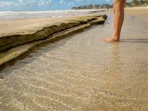 Fuß an den tropischen Meerwasser-Beschaffenheitsreflexionen in Brasilien stockbild