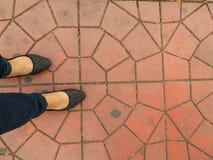 Fuß, der auf abstrakte Zementstraße geht Stockfoto