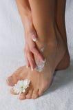 Fuß der Frau mit Blume lizenzfreies stockbild