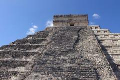 Am Fuß der Pyramide in Chichen Itza stockbilder