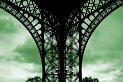 Fuß des Eiffelturms auf grüner Wolke Lizenzfreies Stockbild