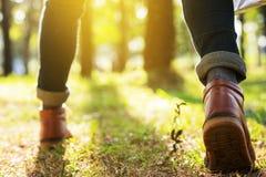Fuß des junger Mann-Reisenden mit der Rucksackentspannung im Freien mit h Lizenzfreie Stockfotografie