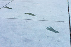 Fuß-Drucke am Boden Stockbilder