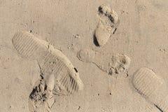 Fuß-Drucke im Strand-Sand stockfotos